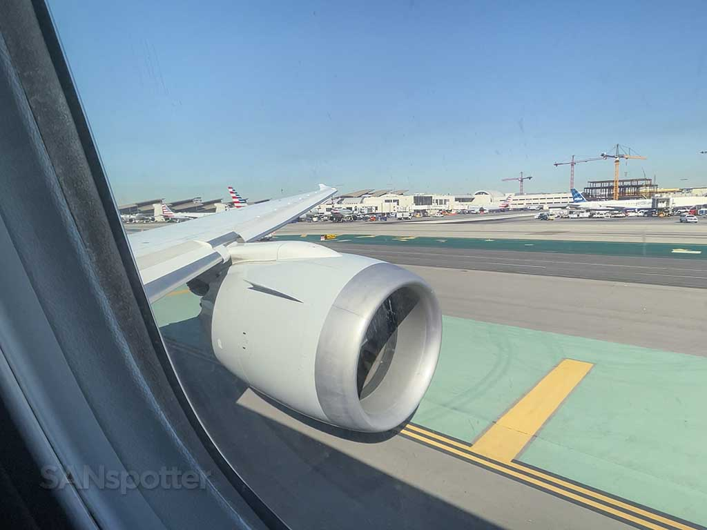 Boeing 787 wing and engine view