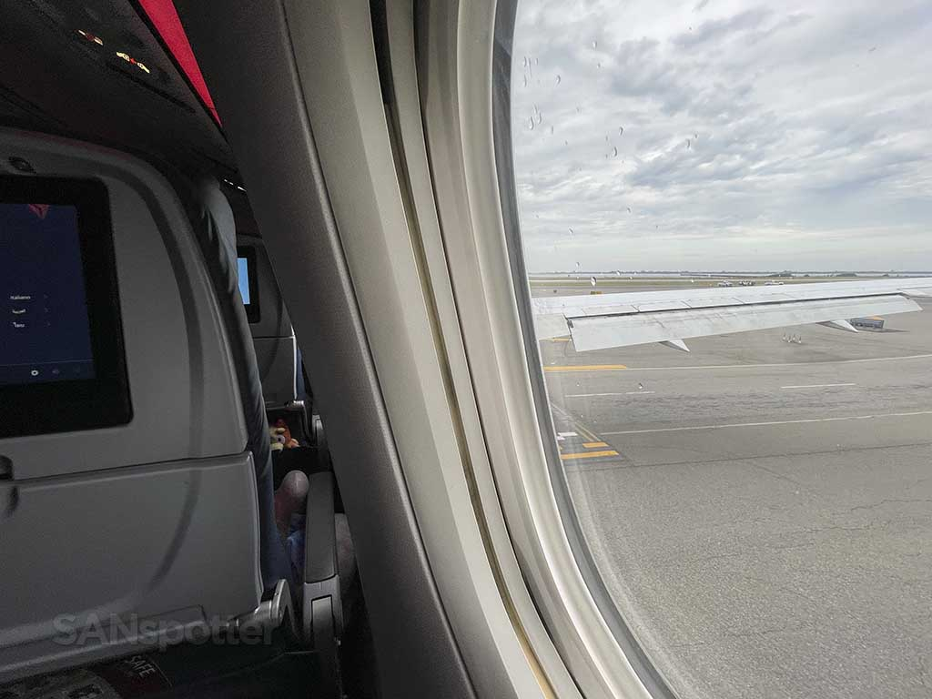 Delta 767-400 window and wing