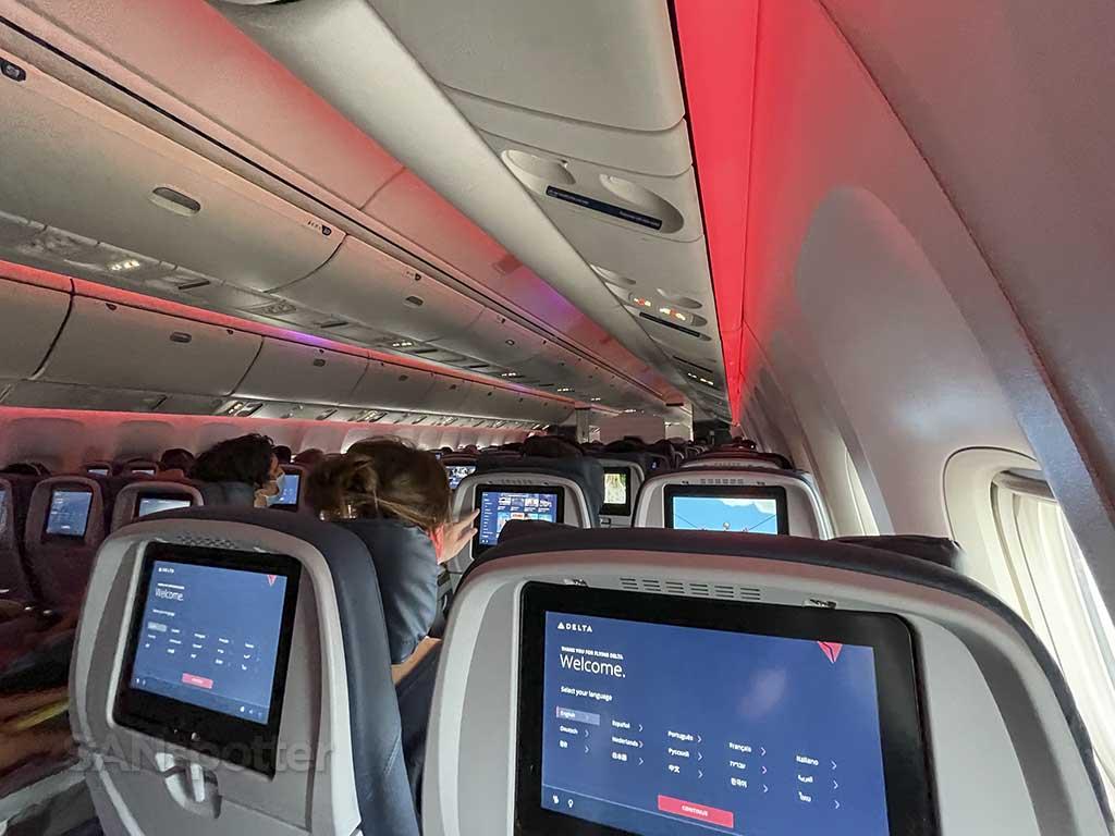 Delta 767-400 mood lighting