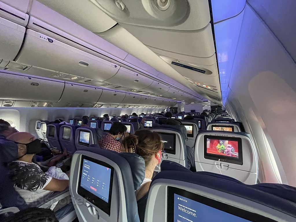Delta 767-400 blue mood lighting