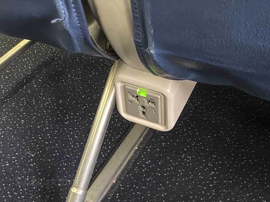 Delta 737-800 economy electrical outlets