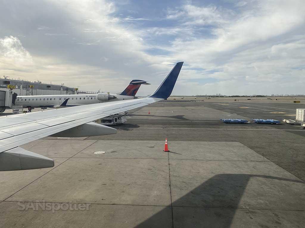 Delta 737-800 wing JFK airport